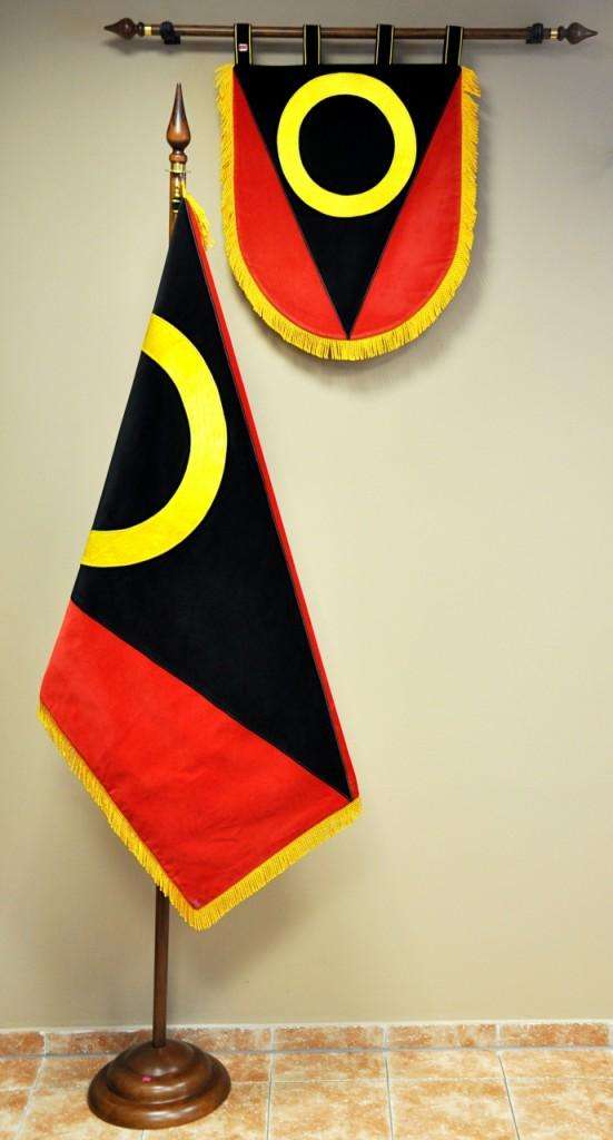 Slavnostní vyšívaný znak a vlajka obce.